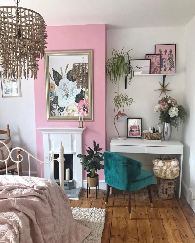 Studio apartment bedroom with cute desk. Photo by Instagram user @desklifebliss