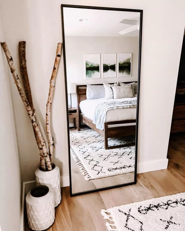 Mirror in small bedroom. Photo by Instagram user @styledwithlife