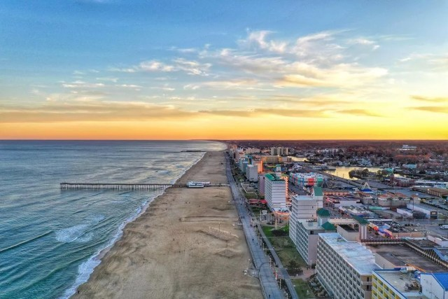 virginia beach at golden hour with people on the beach photo by Instagram user @niluman