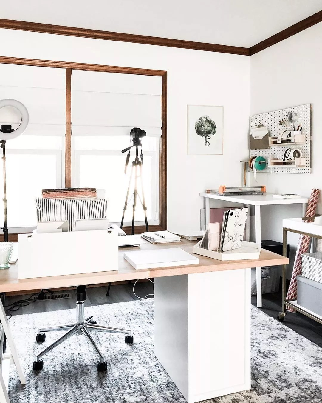 White home office. Photo by Instagram user @workspacery