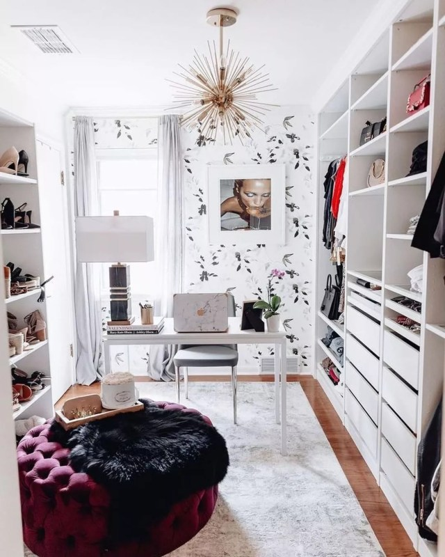 Walk-in closet home office combination. Photo by Instagram user @raraec