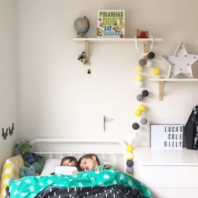 Two little boys sharing a bed in their bedroom. Photo by Instagram user @rach.plus.four
