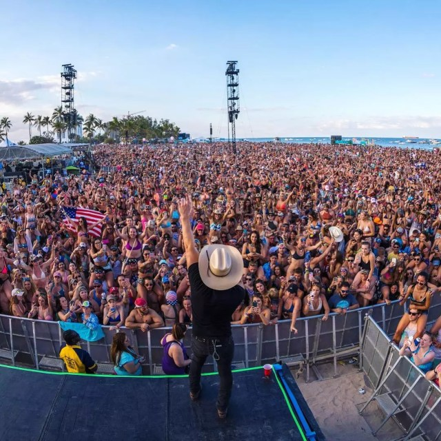 Country star sings out to packed crowd for beachside concert. Photo by Instagram user @tortugamusicfestival
