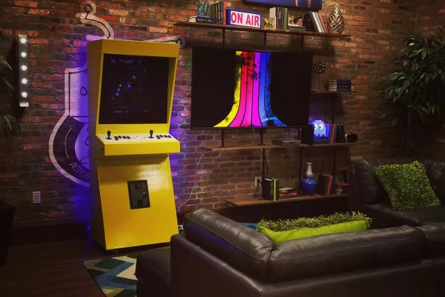 Game room with Atari and old arcade game. Photo by Instagram user @actionherorobot