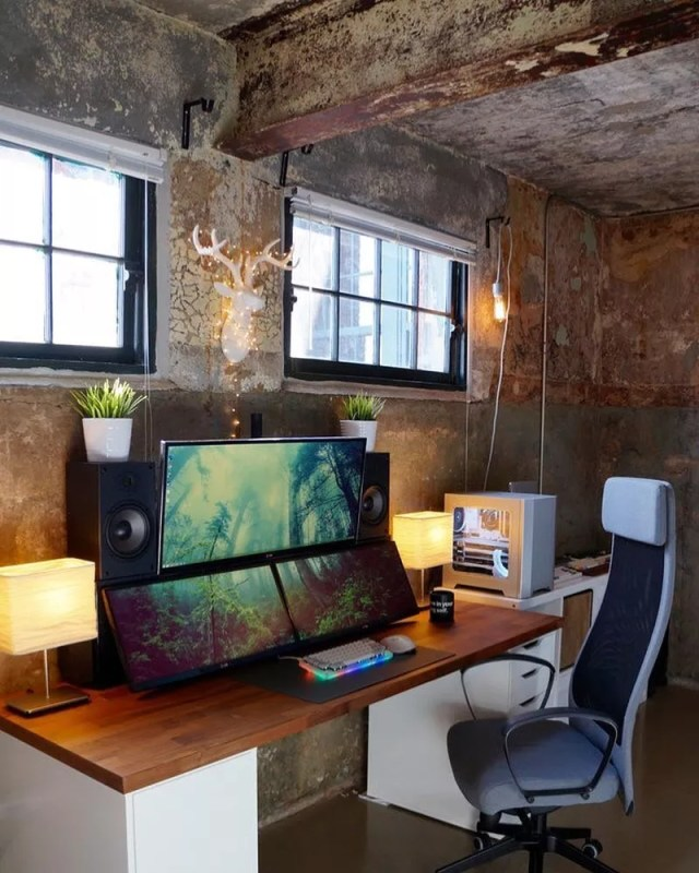 Large wood desk with large computer monitors. Photo by Instagram user @techtalk.official