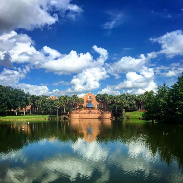 A golf course with a lake on a sunny day at The Villages, FL. Photo by Instagram user @pumpkin_head