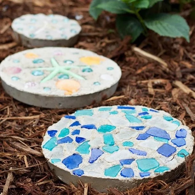 Blue bedazzled stones in backyard. Photo by Instagram user @craftsbycourt