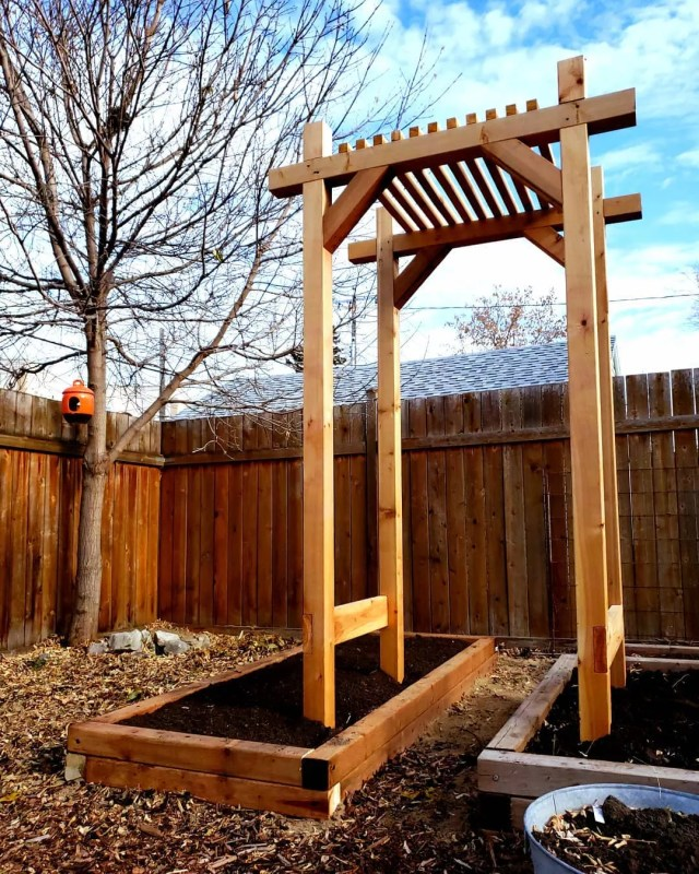 Wooden garden arbor in backyard. Photo by Instagram user @thehomestud