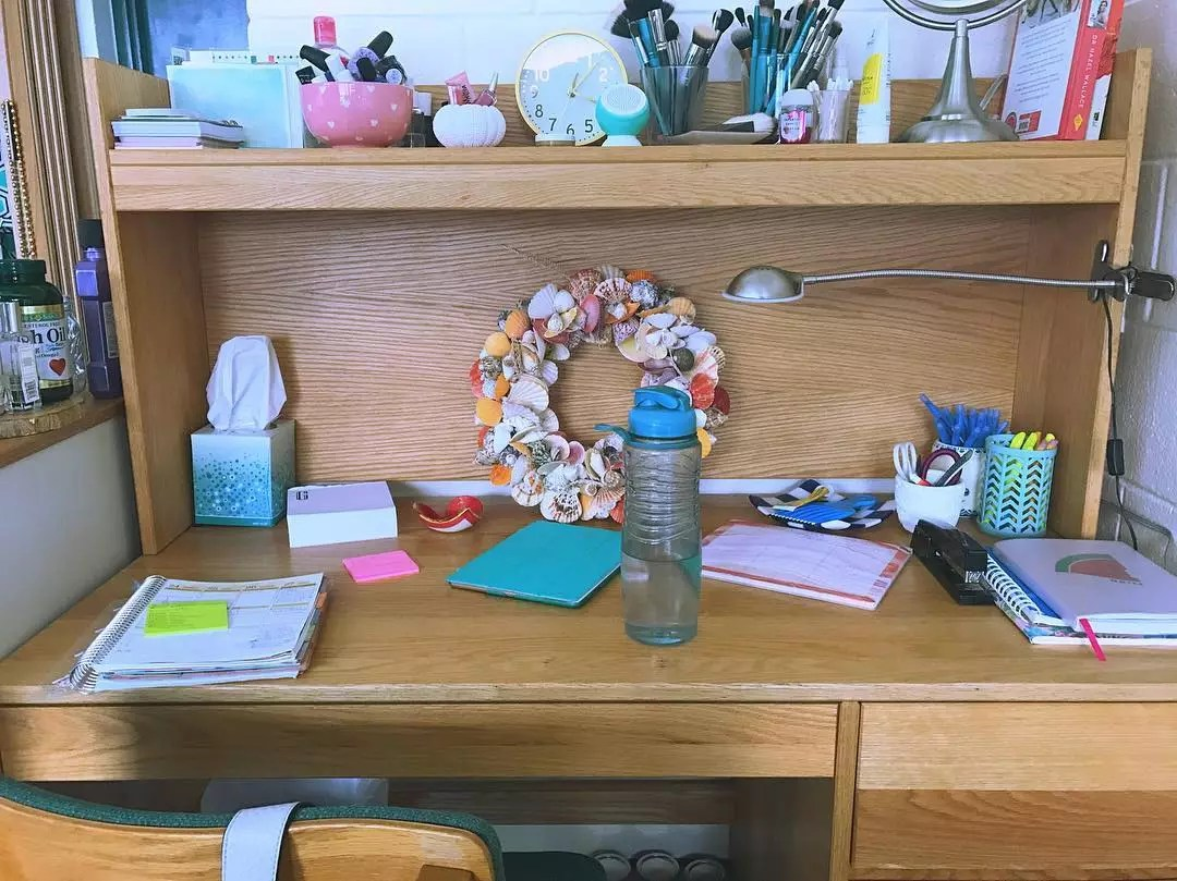 Dorm room desk with desk hutch for additional space. Photo by Instagram user @gabisfoodsta