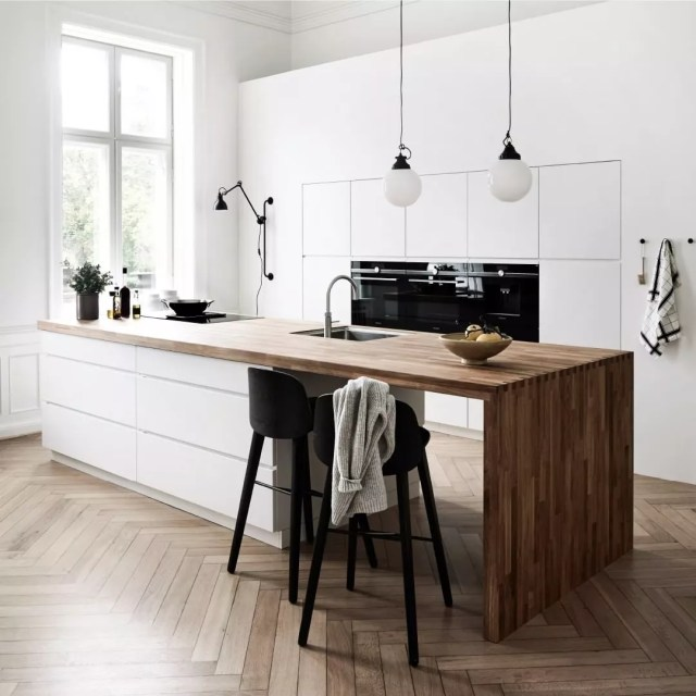 Hardware-less kitchen cabinets in modern kitchen. Photo by Instagram user @kvikkitchen