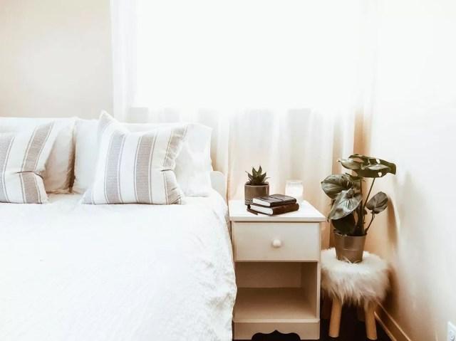 Minimalist bedroom decor. Photo by Instagram user @bohocozy