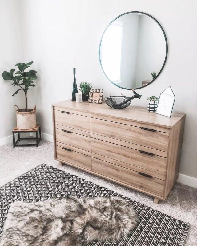 Minimalist bedroom with patterned rug and dresser. Photo by Instagram user @homesweethorton