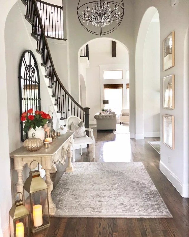 Tidy Home Entryway with Festive Decorations. Photo by Instagram user @classicstylehome