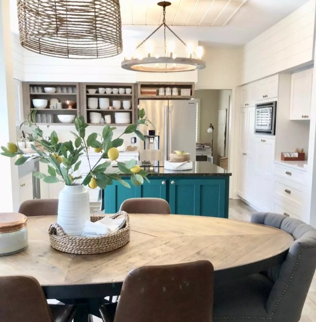 Kitchen with dining table. Photo by Instagram user @e.lynndesign