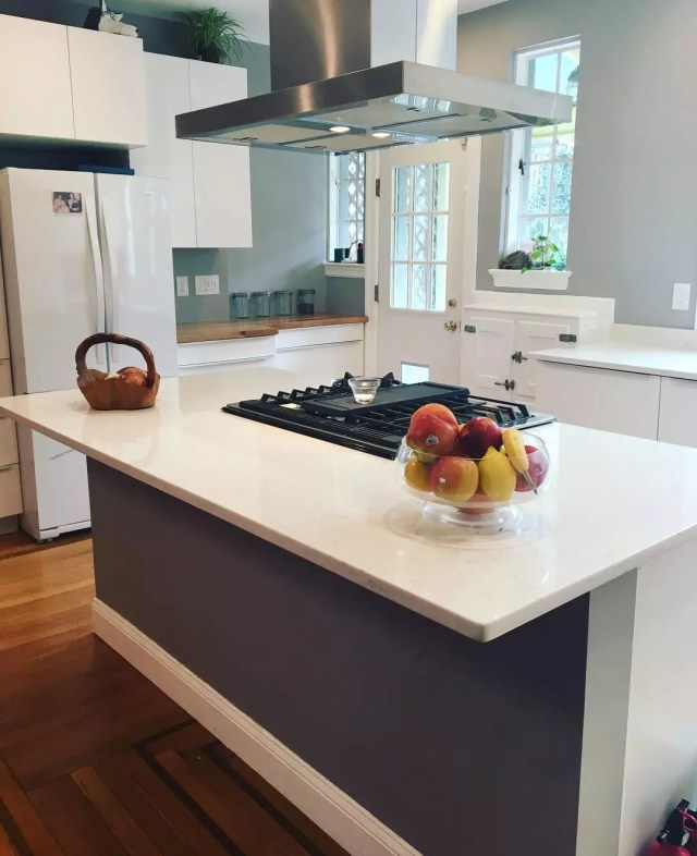 Bowl of fruit on kitchen counter. Photo by Instagram user @msbdesignbuild