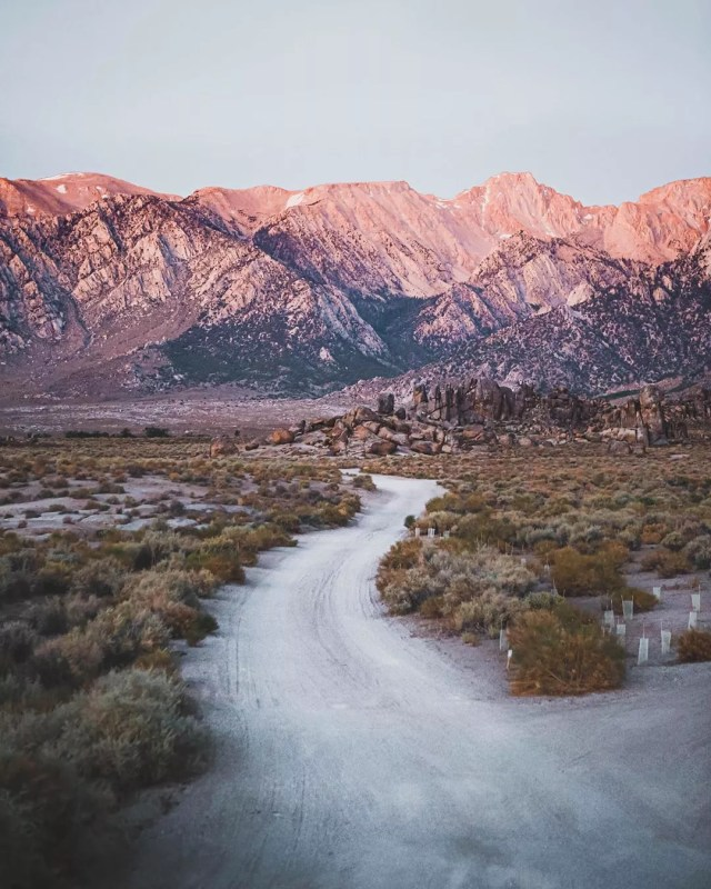 Trail with the mountains in the background during sunrise at Alabama Hills. Photo by Instagram user @ek_photos