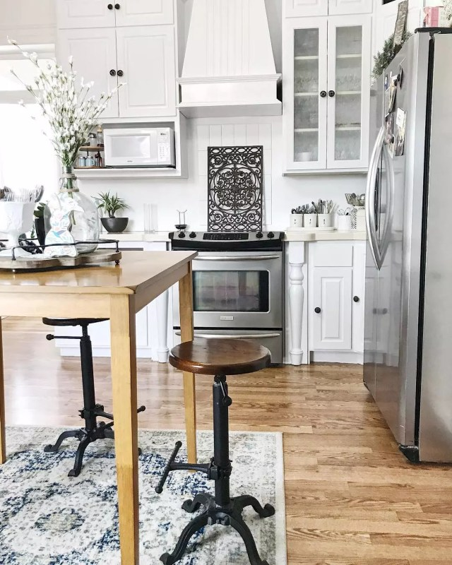Antique bar stools in kitchen. Photo by Instagram user @thelunthouse