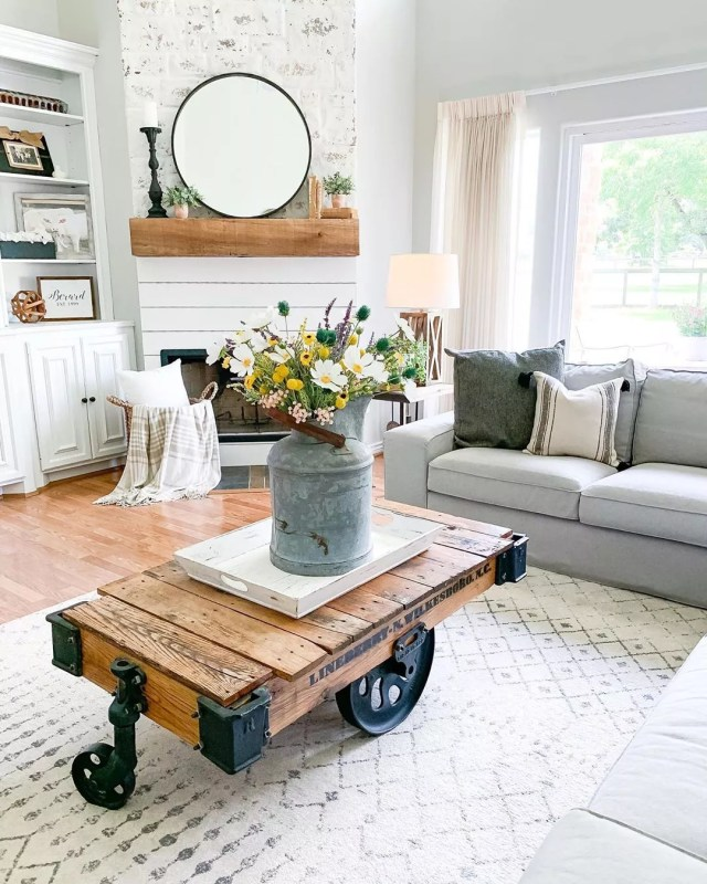 Vintage farmhouse-style living room. Photo by Instagram user @rusticpigdesigns