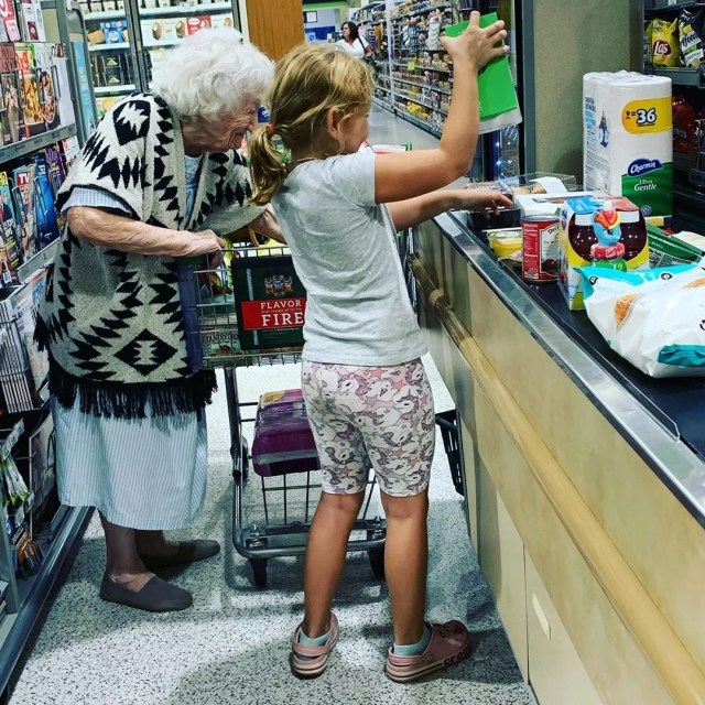 Little girl helping elderly woman at grocery store. Photo by Instagram user @kinseyjohnson5