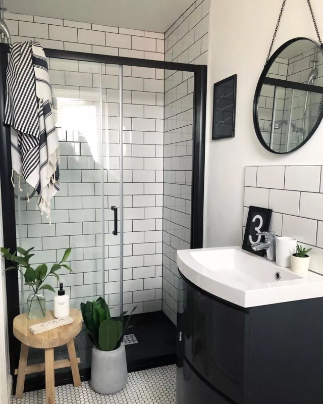 White and black small bathroom with round mirror. Photo by Instagram user @nest_twenty_eight