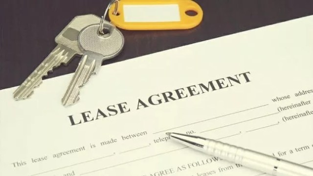Lease agreement by keys. Photo by Instagram user @chicagorenter