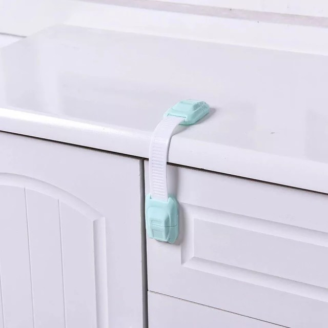 Baby proof latch on kitchen cabinet drawer. Photo by Instagram user @homeneedid