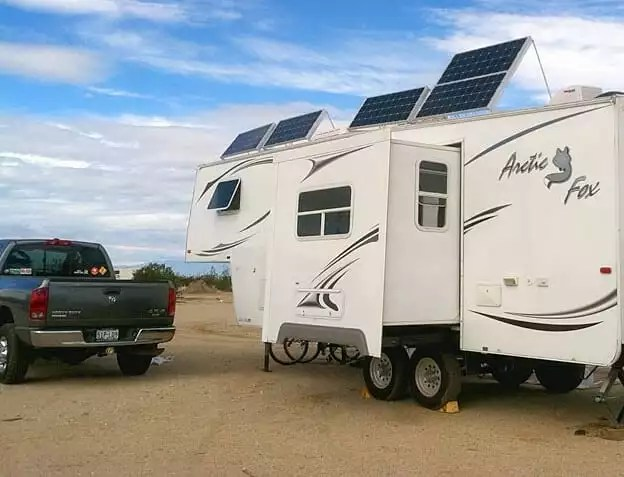 RV with solar panels set on top photo by Instagram user @sumnerrvcenter