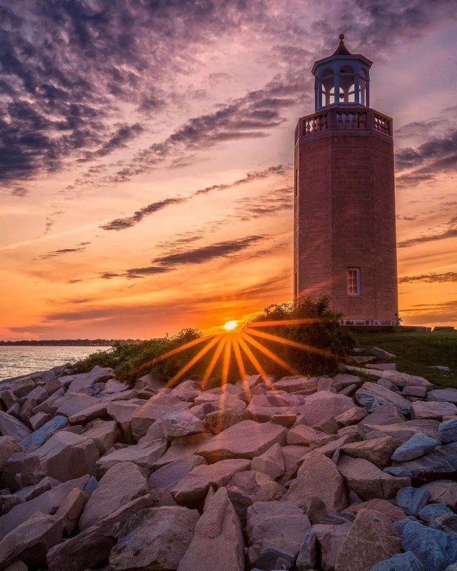 Brown lighthouse in Groton at sunrise. Photo by Instagram user @dot.connectr.