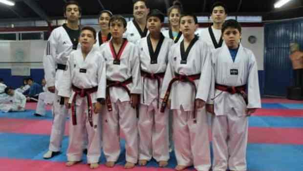 Los Taekwondoines con su Profesor Romualdo Salazar.