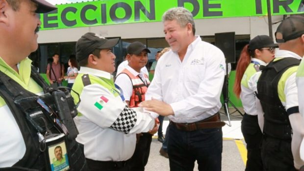 Entrega Xico uniformes a tránsitos