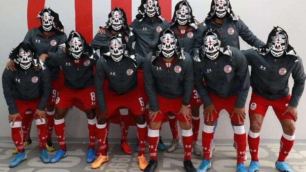¡A lo Toros Neza! Toluca se puso la máscara de La Parka para inolvidable foto