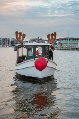 Cruises on the Bay by Watermark's Jolly Express takes passengers on a festive holiday cruise in Annapolis. Photos by Sabrina Raymond.