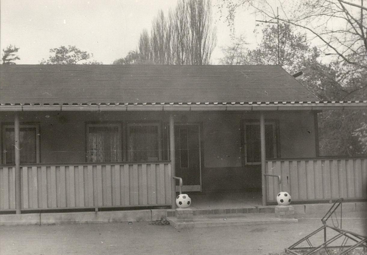 1980 Sportlerheim auf dem Fußballplatz
