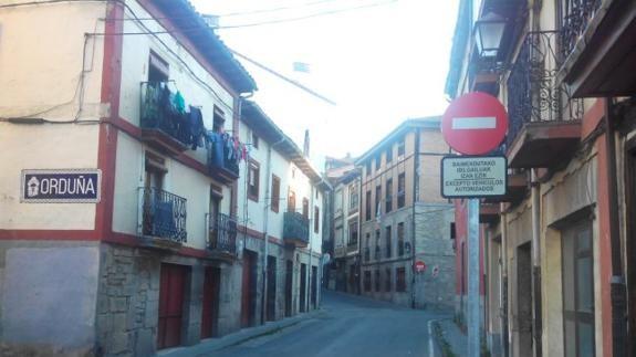 El Consistorio prohíbe la entrada del tráfico al centro de Orduña por su acceso original