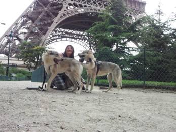 Grace Ezechiele e Claudia sotto la Tour Eiffel