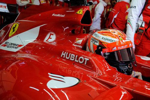 Räikkönen en el box de Ferrari durante los test