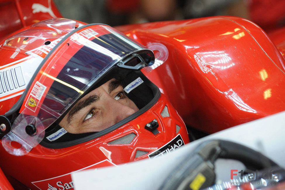 Fernando Alonso prueba un nuevo casco