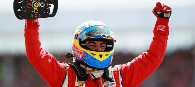 Alonso celebrando su victoria de Silverstone