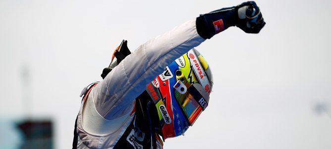 Una imagen histórica: Un venezolano, Pastor Maldonado, gana un GP