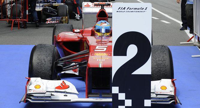 Alonso aparcando su F2012 en la zona del podio al finalizar la carrera
