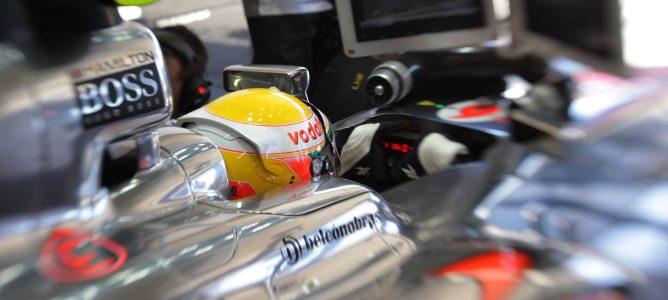 Hamilton en el box de su equipo