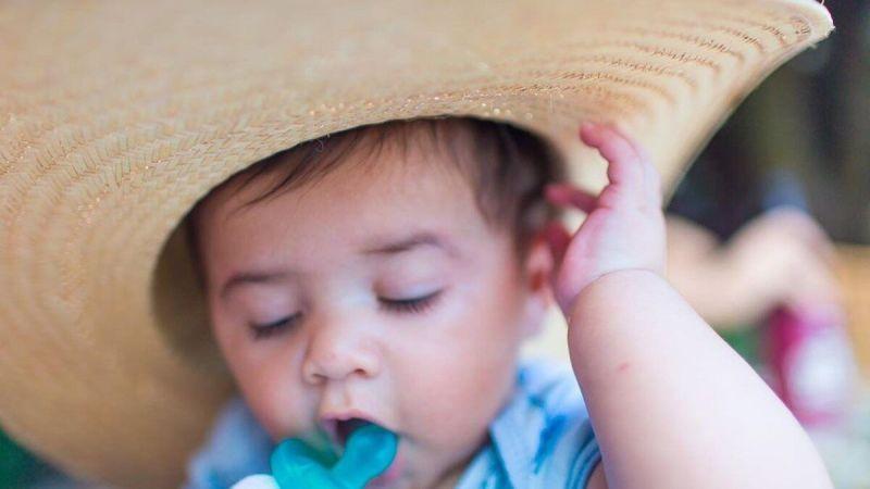 """Marília Mendonça mostra o filho com chapéu de palha enorme: """"Nessa longa estrada da vida"""""""