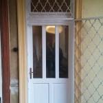üveges fa ajtó régi tok mögé építve