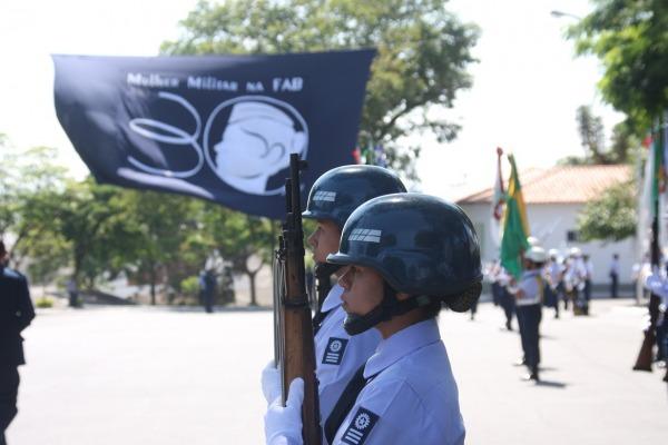 Revista à tropa em solenidade dos 30 anos da mulher na FAB  Sgt Gabrielle Lima/CIAAR