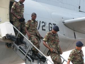 Militares da Guiné Bissau desembarcando da anv