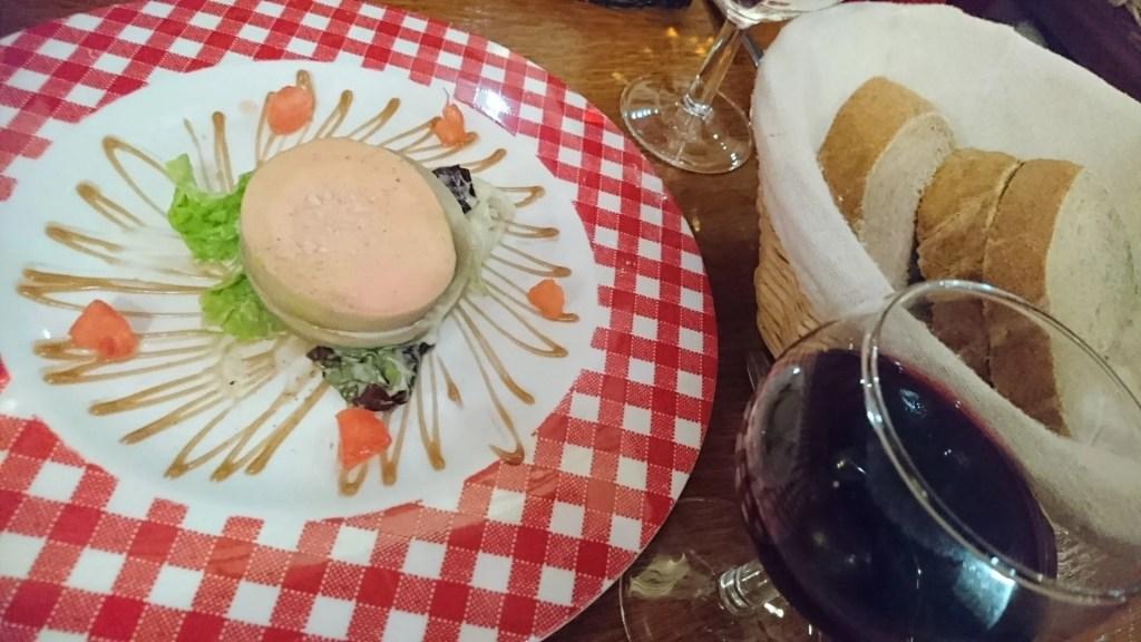 Bouchon i Lyon. Forrett, brød og rødvin i glass. Foto