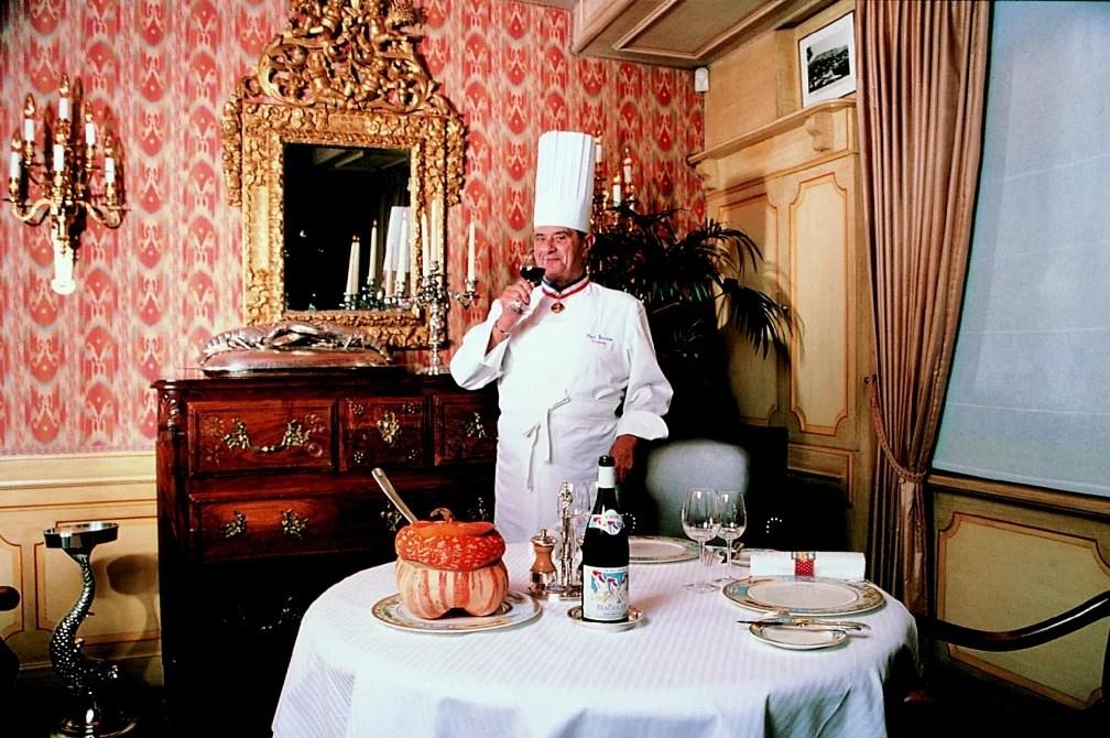Paul Bocuse i sin restaurant L'Auberge du Pont de Collonges. Foto.