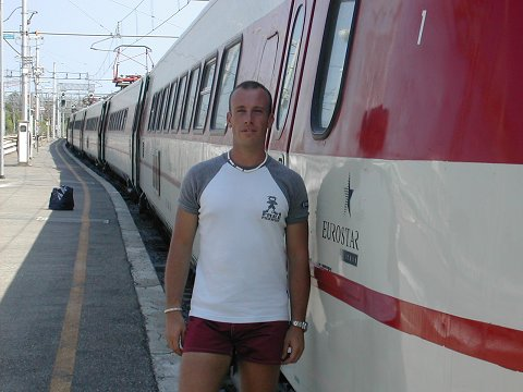 Fable vicino ad un Pendolino di prima generazione, a Rimini, nel 2003