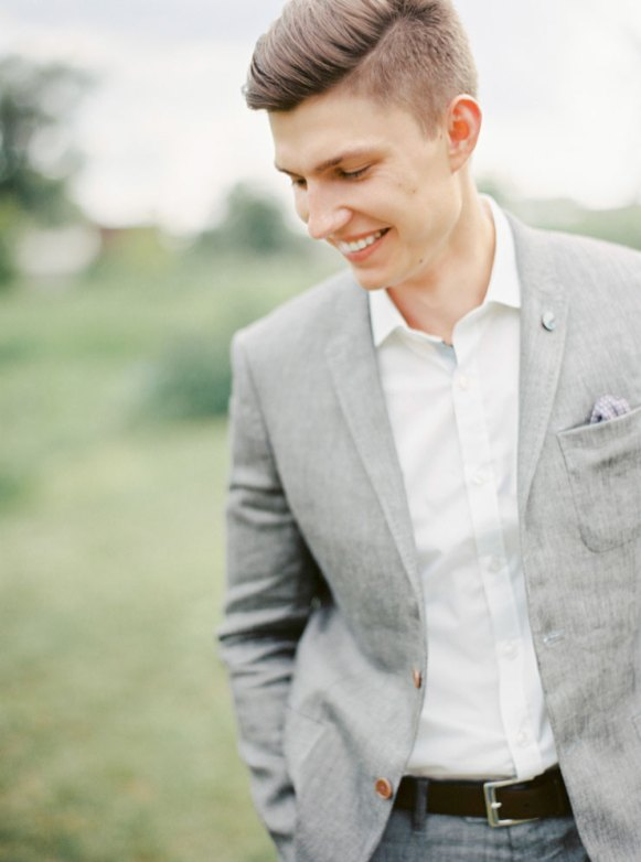 Relaxed groom | Cozy and Intimate Rustic Wedding | Photography : yuriyatel.com | read more: fabmood.com