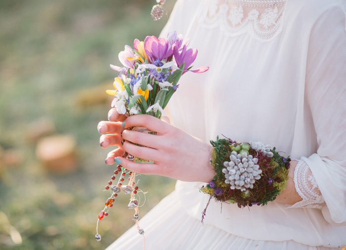 Moss bracelet & Wild flowers on the bride hair and bouquet for Eco-friendly Natural,Boho Hippie Chic Wedding | fab mood